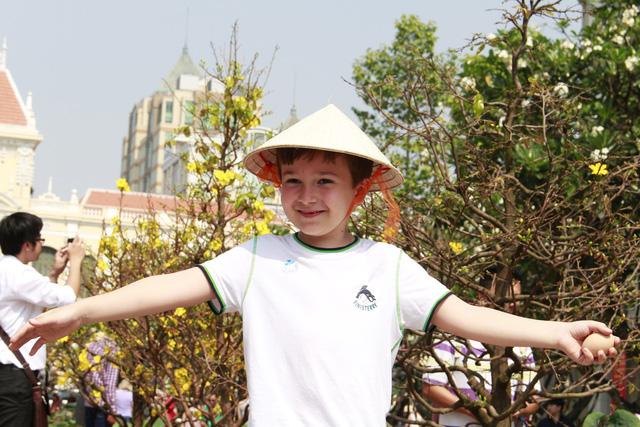 Đường hoa Nguyễn Huệ đông nghẹt khách ngày đầu mở cửa