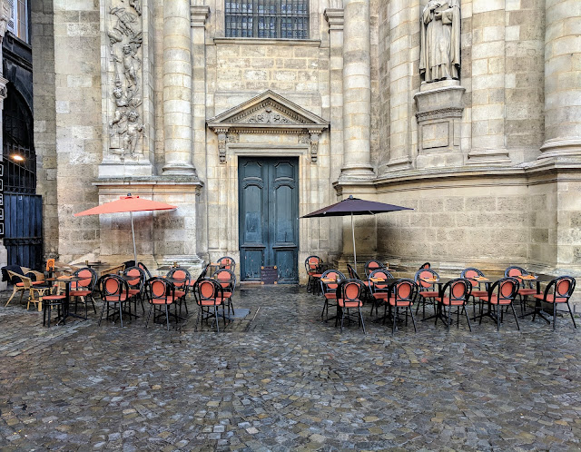 What to see in Bordeaux in October: cafe outside Église Notre-Dame