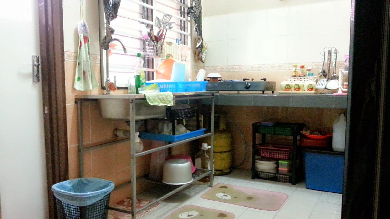 Ni Plak Ruang Atas Sinki Letak Pinggan Yang Guna Harian Sebab 4 Orang Maka Ade Laaa Plastik Tu Untuk Fariezal Makan Biskut