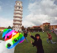 El perro arcoíris sonríe en Cice en Pisa con turistas