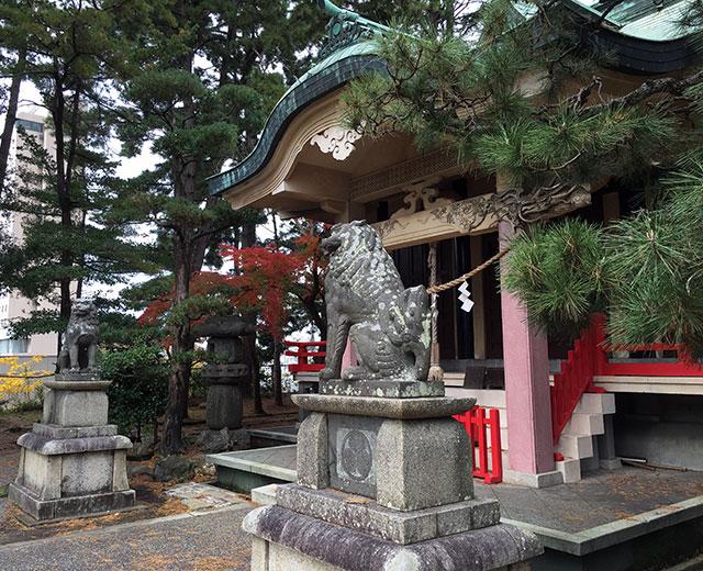 曳馬古城跡には明治維新で浜松城代に入った井上延陵により徳川家康を祭神とする東照宮が建てられた(2015年12月12日撮影)