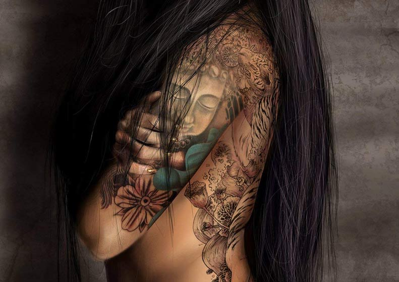 Tatuaje de buda en el brazo de una modelo tatuada asiática que posa d perfil
