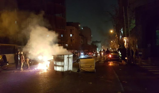 """تواصل الاحتجاجات بإيران واتهام """"عملاء أجانب"""" بقتل متظاهريْن"""