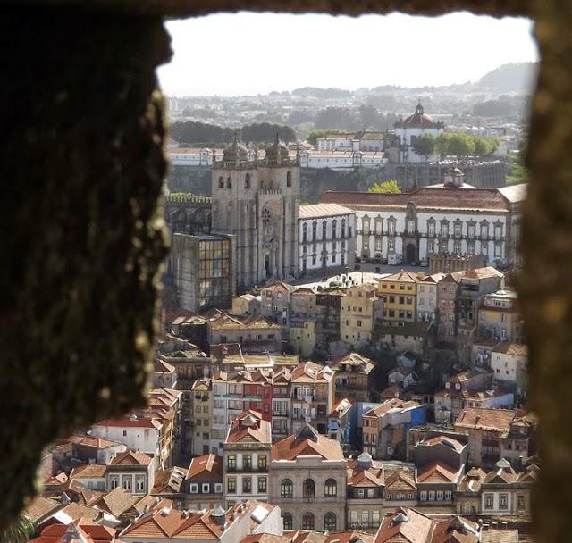 Vista ddo Centro Histórico do Porto a partir de uma fenda de uma parede de granito
