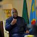 """Yeyo... Félix tee... Yeyo... Fayulu nde mokonzi..."" qui veut dire "" Fayulu le véritable président et non Félix"", scandent les partisans de Fayulu"