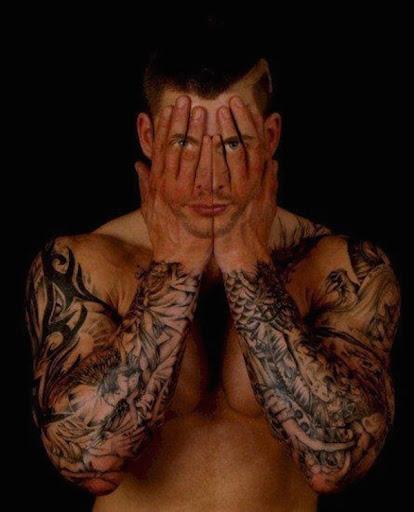 Cara tatuado em mãos