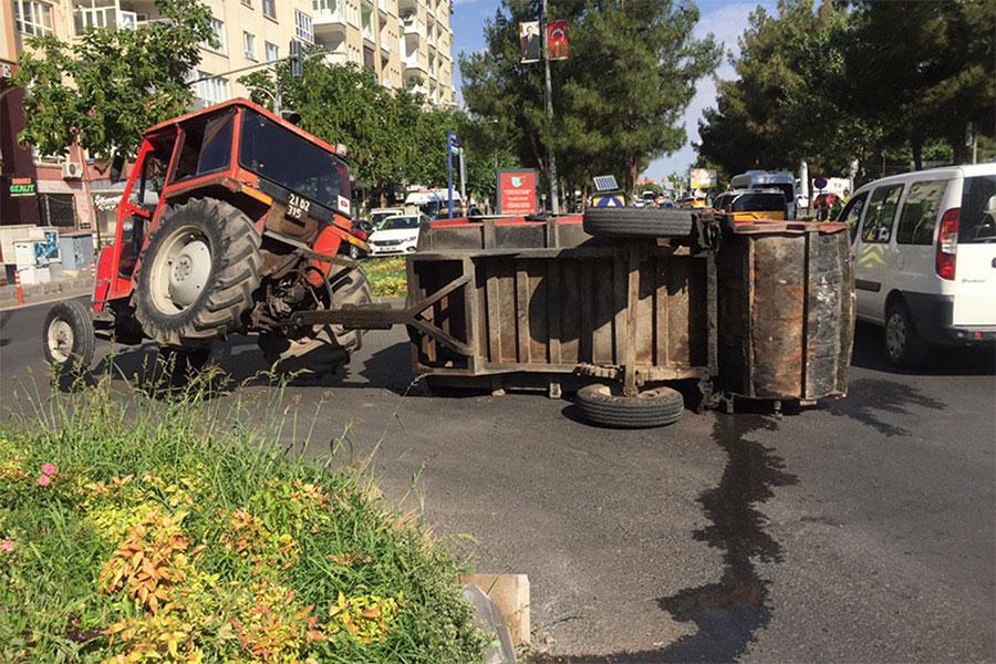 Diyarbakır Sur Belediyesine ait traktör refüje çarpıp devrildi