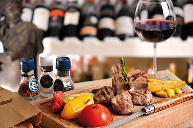 ¿Tomar vino al comer mejora la digestión?