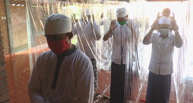 Lindungi Jamaah Shalat dari Penularan Covid-19, Masjid Ini Pakai Pembatas Plastik Inovatif