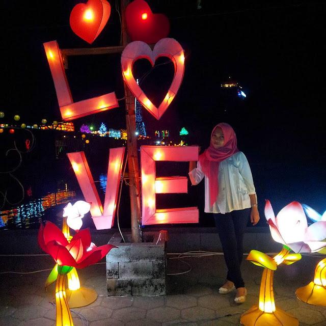 foto LOVE di taman pelangi jogja