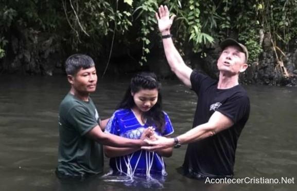 Misionero bautizando en Myanmar