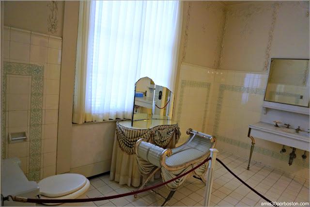 Baño del Dormitorio de los Monroe de la Mansión Rosecliff, Newport