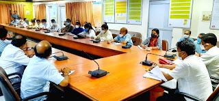 जिलाधिकारी ने किया कार्यदायी संस्थाओं के कार्यों की समीक्षा   #NayaSaberaNetwork