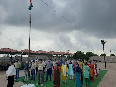 कोरोना योद्धाओं ने मयूर गार्डन उरई में धूमधाम से मनाया स्वतंत्रता दिवस