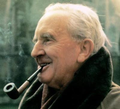 Tolkien, o Senhor da Fantasia, e seu hábito de fumar cachimbos.