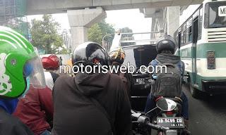 motor vs angkutan umum
