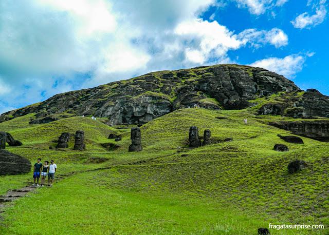 Moais na encosta do vulcão Rano Raraku
