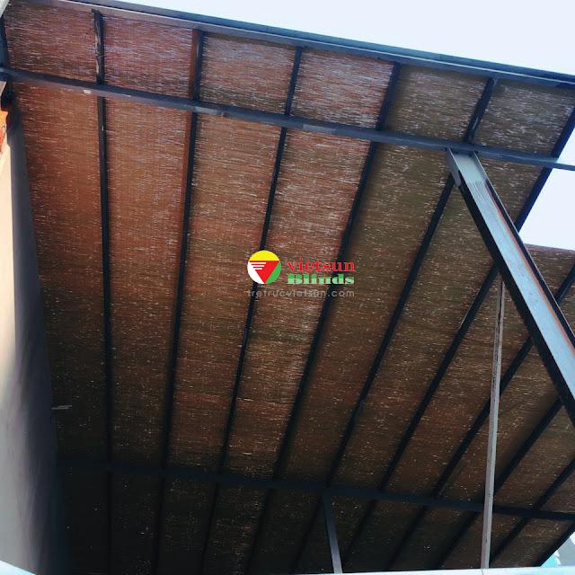 Mành tre trúc che nắng ban công là loại mành từ những nan tre được xử lý tỉ mỉ vót mỏng đan dệt vào nhau bằng các loại dây dù.