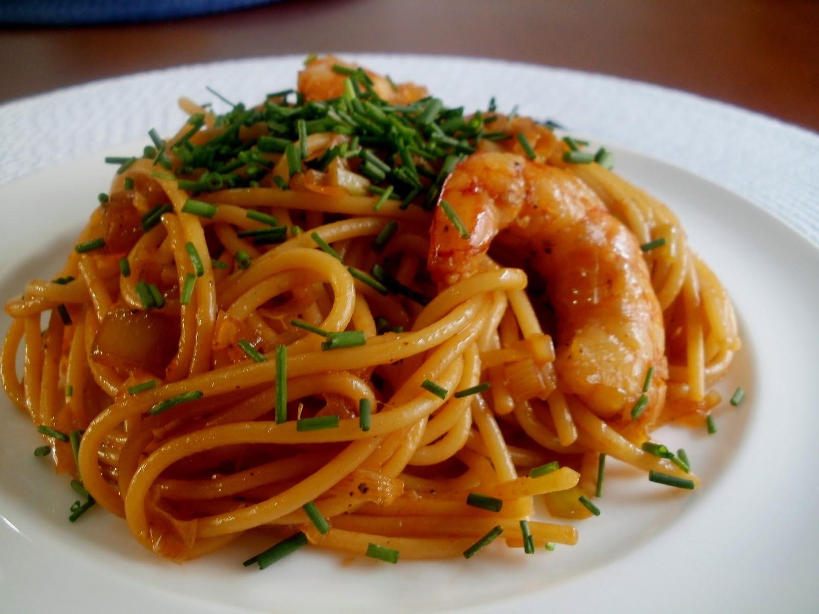 Espaguetis con gambas y salsa de soja