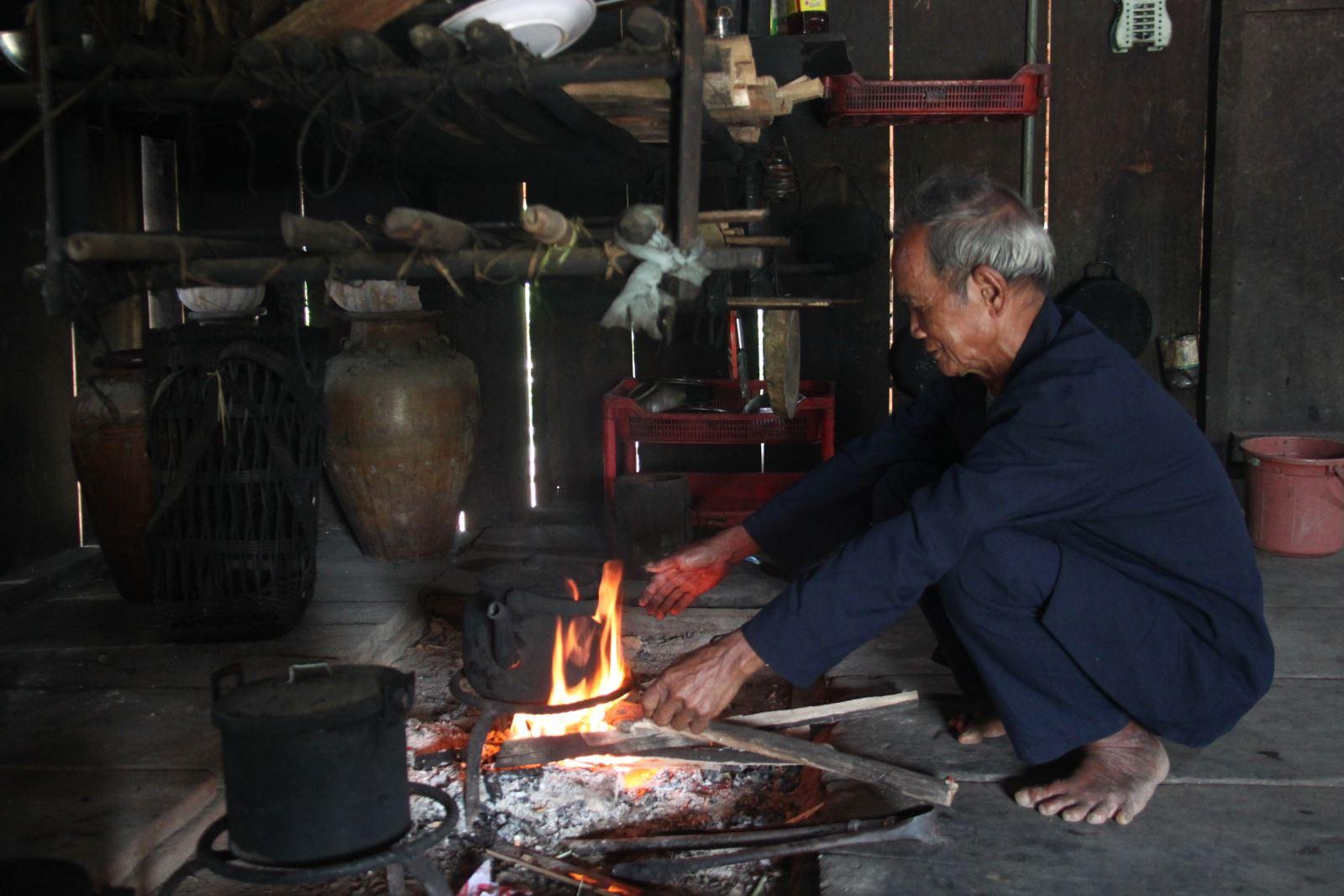 """Đơn sơ góc bếp nhà sàn được chăm lo """"giữ lửa"""""""