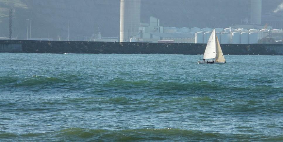 barco en el abra de bilbao