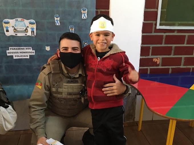 GRAVATAÍ | Soldados do 17º BPM participam da Semana das Profissões de Centro de Educação Infantil