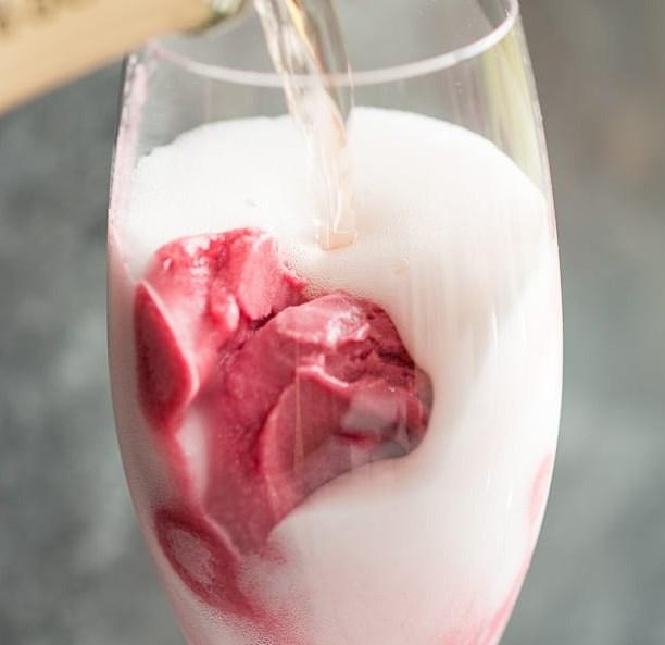 ROSÉ RASPBERRY SORBET MIMOSAS #drinks #girlycocktails