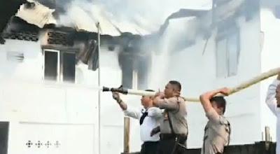 Personil Polda Jambi Berjibaku Padamkan Kebakaran Bedeng di Tehok