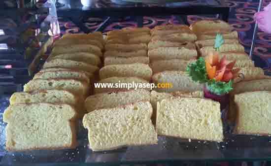Saya kurang tau namanya Barangkali sahabat bisa memberi tau kue apa ini yang jelas teksturnya lembut, dan berbentuk mirip roti dengan butiran butiran remah remahnya. Disajikan dengan susu kental manis. Foto Asep Haryono