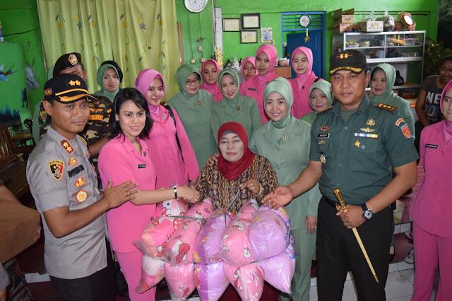 AKBP Wiyono Eko Prasetyo SIK M.I.K Beserta Istri Memberikan Bantuan Secara Simbolis