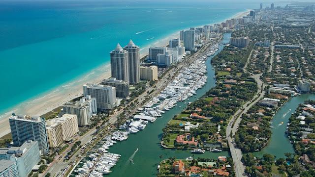 Praia e cidade de Miami em Junho