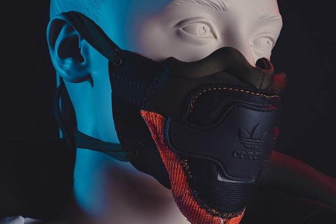 Diseñadores diseccionan zapatillas de marcas como Nike y Adidas para crear máscaras faciales expresivas