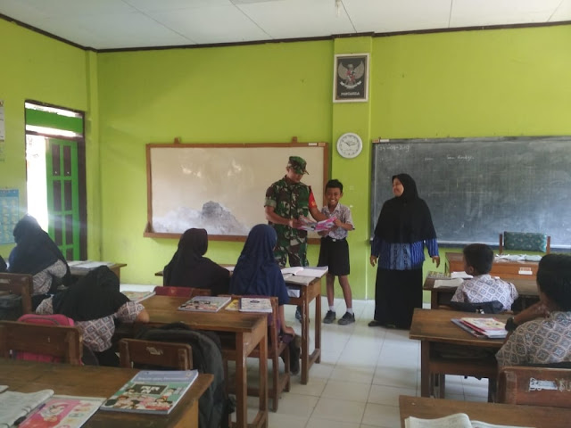 Babinsa Koramil 16 Tulung Tanamkan Wawasan Kebangsaan Di SD Negeri 1 Sedayu