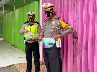 Awali Aktivitas Pagi Hari,Kasat Lantas Polres Gowa Serahkan Tas Pinggang dan Masker Kepada Personilnya