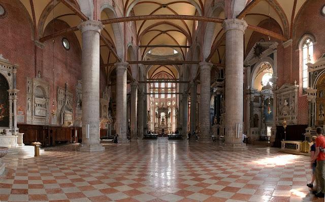 Interior da Basílica de São João e São Paulo em Veneza