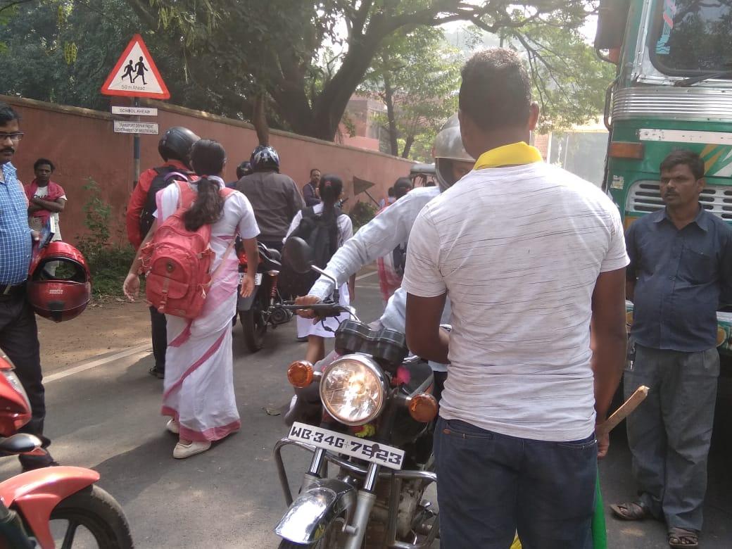 নেতা সাজার অবরোধ দ্বিতীয় দিনেও বহাল, নাকাল জঙ্গলমহল, দুর্ভোগে মাধ্যমিক উচ্চমাধ্যমিক পরীক্ষার্থীরা 4