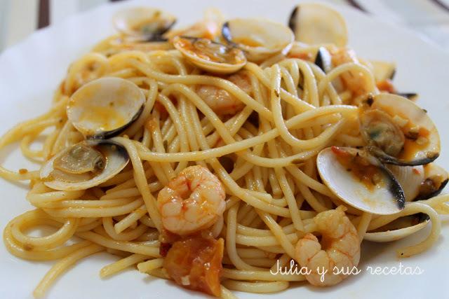 Espaguetis con almejas y gambas. Julia y sus recetas