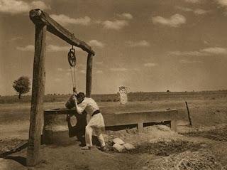 Fântână din perioada interbelică, secolul XX. Crucea de piatră insoțește fântâna.