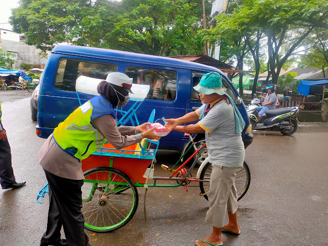Jum'at Care, Kasat Lantas Polres Bone Pimpin Aksi Berbagi Sarapan ke Kaum Duafa