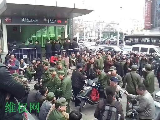 长沙市老兵近200人为优待坐地铁一事静坐维权(图)