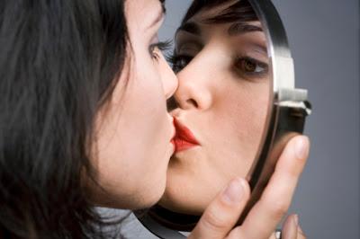 mujer_besando_el_espejo