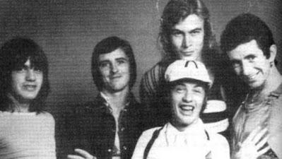 Paul Matters (arriba, con melena), en AC/DC