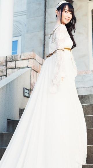 Foto de Nana Mizuki posando con vestido de novia