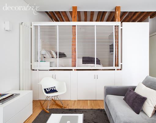 Vigas de madera y muebles a medida en este apartamento de for Diseno de apartamento de una habitacion