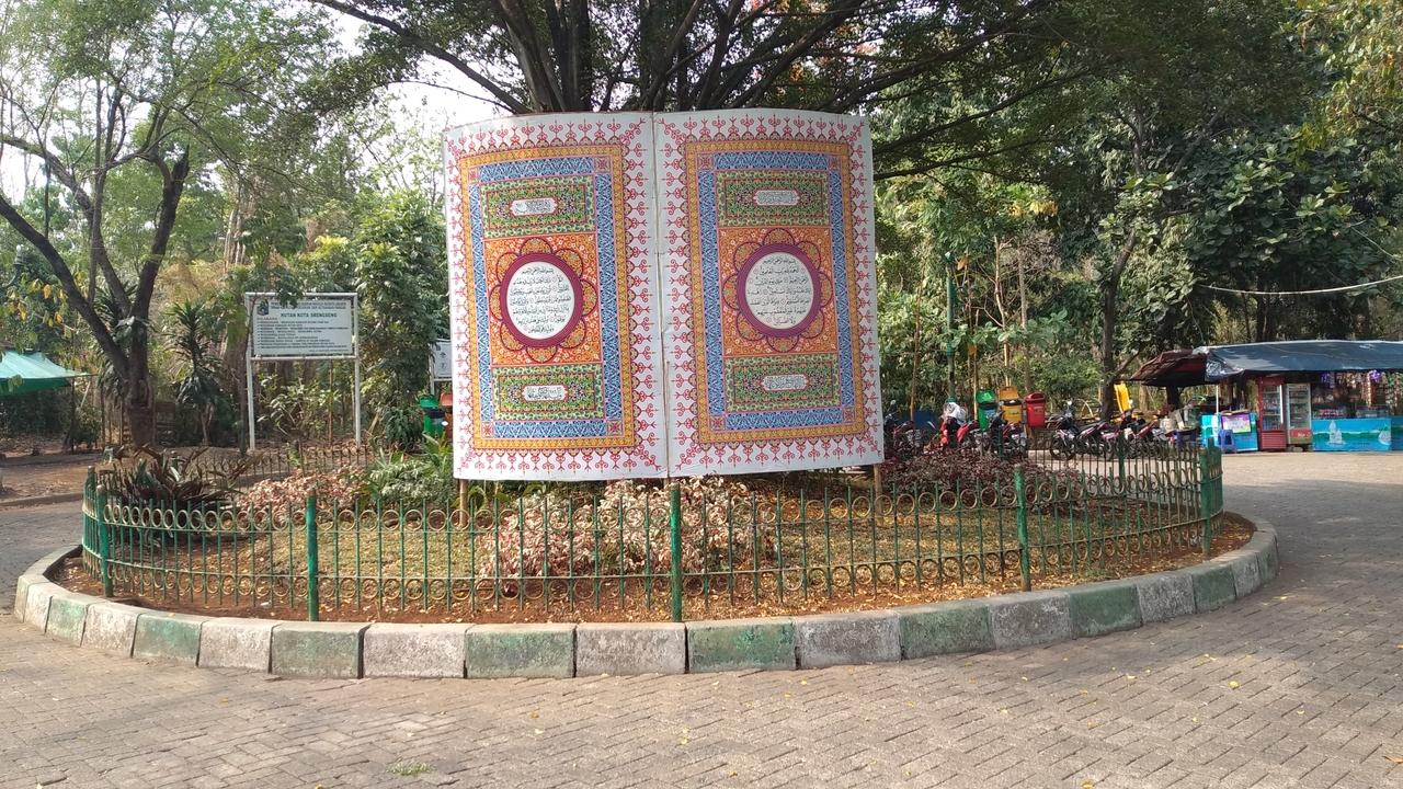 Lembaran Al Quran Raksasa di Hutan Kota Srengseng