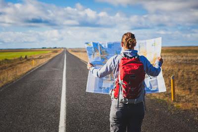 Chica revisando el mapa para verificar algunas sugerencias de itinerario por Islandia