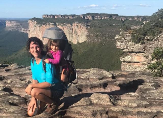 Joana Alvarez tem uma companhia especial para suas trilhas, a pequena Olívia, de 2 anos (Foto: Divulgação)