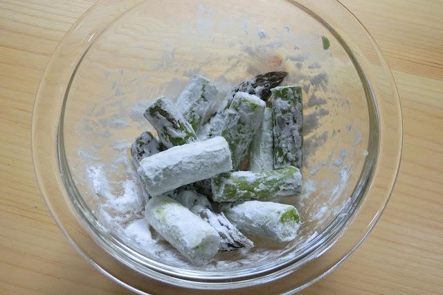 ボウルに片栗粉と一緒にアスパラガスを入れ、菜箸などでまんべんなく表面にまぶします。