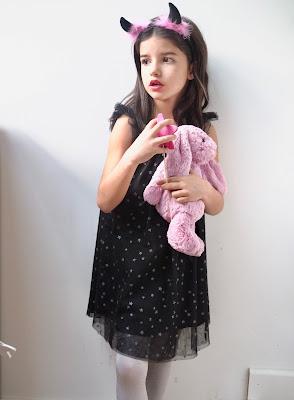 Niña vestida de Isadora con conejito rosa