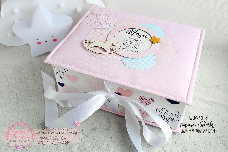 scrapbooking handmade hand made rękodzieło ręcznie wykonany pudełko wspomnień szatułka memory box pudełko pamięci pamiątka narodzin chrztu roczku roczek dziecka chrzest święty narodziny niemowlę dla niemowlaka prezent dla dziecka rodziców mamy taty ciąża ciążowy baby shower pierwszy rok życia pierwszy ząbek pierwszy loczek pudełko na skarby dzieciństwo z dzieciństwa niemowlęctwa niemowlak dla niemowlaka pudełko na zdjęcia pierwszy prezent pierwsza wizyta do przechowywania pamiątek metryczka metryka bawełna bawełniane dla dziecka dla chłopca chłopczyka dziewczynki córeczki syna synka córki córka syn wnuka wnuczki od matki chrzestnej ojca chrzestnego baby keepsake box kapsuła czasu personalizacja personalizowane z imieniem imię personalized album z albumem komplet duże 200 zdjęć wkład foliowy pod folię konik konik na biegunach z konikiem princess księżniczka dla księżniczki
